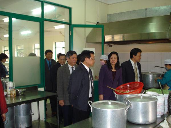 Trường Tiểu học Lý Thái Tổ có một hệ thống bếp, nhà ăn hiện đại, rộng và thoáng mát, đáp ứng đầy đủ về an toàn vệ sinh